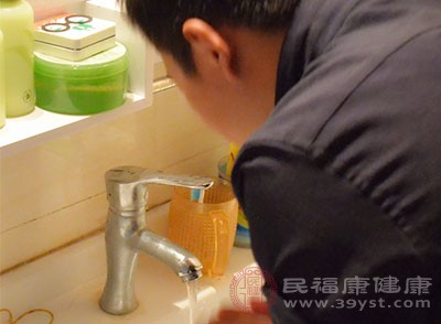 用牙膏洗脸 每天要一次