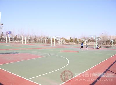 青少年经常参加篮球、可使全身各部位肌肉都得到活动和锻炼
