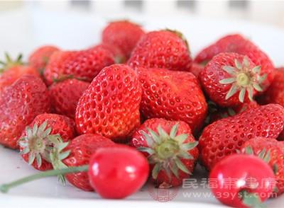 草莓切片码在烤盘里,上面加一点糖