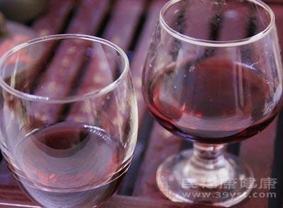 晚上睡觉的时候喝一杯红酒是可以预防感冒的