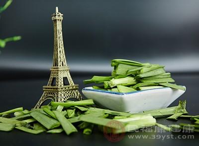 韭菜中含有很多的草酸,所以吃韭菜的时候不能和矿物质含量比较高的食物一起吃