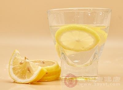 我们早上空腹的时候喝一点柠檬水