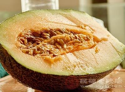 在平時適當的吃一點哈密瓜能夠幫助我們生津解渴