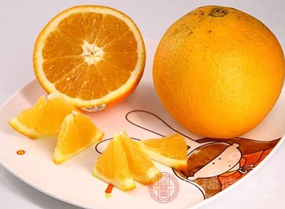 在出现牙痛的时候,我们可以切一块或一片橙子