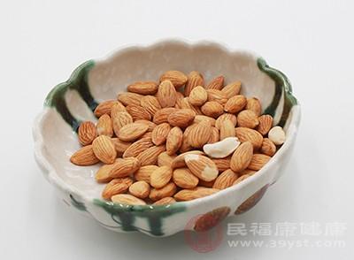 適當的吃一點杏仁可以幫助我們咳嗽氣喘