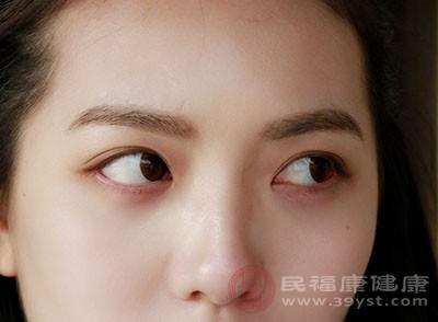 眼周微血管較多,熬夜會使眼瞼得不到休息