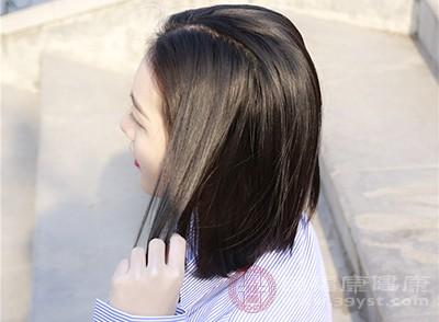 女性原本有一头黑发,但近变得干燥并稀疏