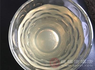 取普通白酒100克加上食盐10克
