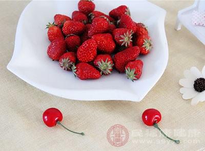 草莓洗净切丁,大的草莓切成四份