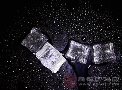 一旦出现了皮肤过敏的情况,我们可以采用冰敷的方式