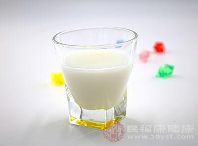 牛奶中含有丰富的蛋白质