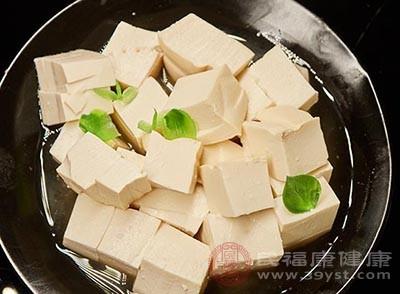 用豆沫和青菜做成的小豆腐