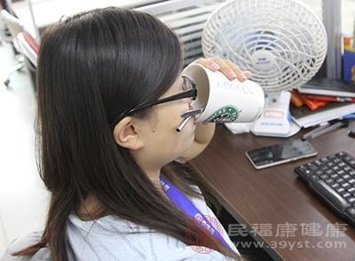 三伏天喝热水的主要目的就是出汗