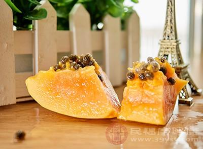 木瓜中的木瓜蛋白酶有很好的美白作用