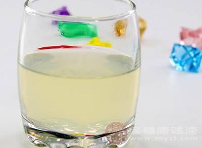在夏天,蜂蜜柠檬水可是每个女生的必备解暑神器,它能够在第一时间起到缓解炎热的症状