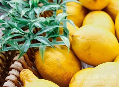 准备柠檬3个,洗净,刨取柠檬屑,另取6个柠檬,底部稍微切平,切去头部,切碎,并挖出果肉