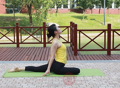 在家里做瑜伽是很好的一个方式,让我们的身体感受到压力,从而让我们通过对身体的柔韧性的拓展,释放心理的压力