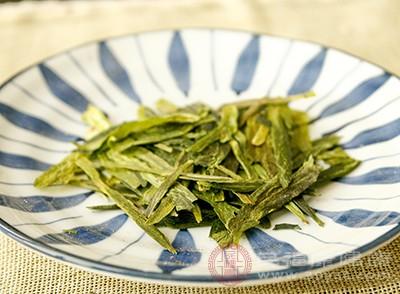 一旦出现了口臭我们可以用茶叶来缓解症