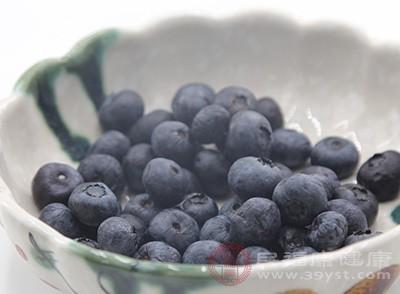 直接将蓝莓与凉开水放进果汁机,打成浆液食用