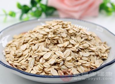 含纤维素较多的燕麦片,除了纤维素含量高之外,还含有多种微量元素,并有降血脂功能