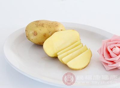 将土豆切成薄薄的薄片,越薄越好