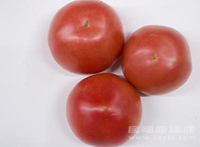 西红柿中含有比较丰富的番茄素的成分以及一些维生素的物质