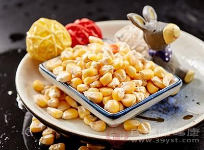 玉米含有大量的钙、磷、硒和卵磷脂、维生素E等微量元素