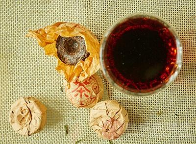 我们可以选择用泡过茶水的红茶包来缓解眼肿的问题