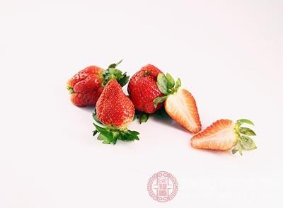 把对半切的草莓铺好,倒入牛奶