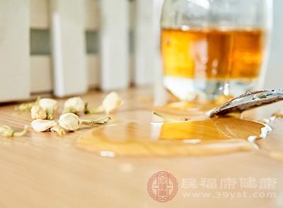 取鲜榨的果汁(市售的也可)加入蜂蜜和水