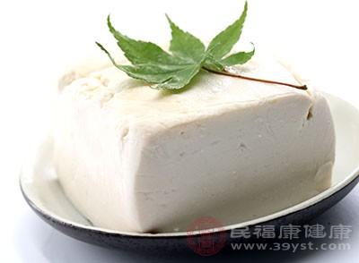 豆腐中的皂苷、卵磷脂、大豆蛋白及不饱和脂肪酸可以降低血液中的胆固醇水平