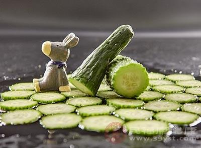 将黄瓜切成丝,干豆腐切成丝