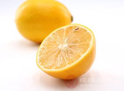 用柠檬切片去除脂肪粒