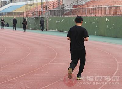 定期參加體育運動,比如跑步,游泳之類的,把身體免疫力提高了