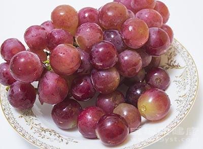 感冒发烧适宜吃葡萄,它含有充足的水分和钾元素