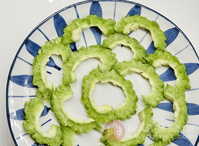 苦瓜洗净,切成2厘米圈状,去籽