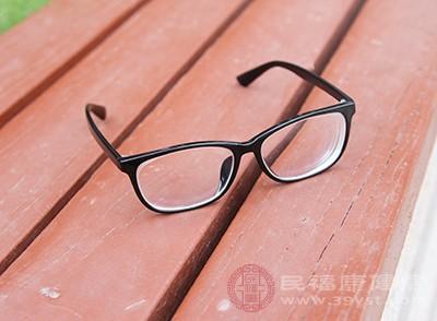 发现自己有近视的情况,这个时候可以戴眼镜