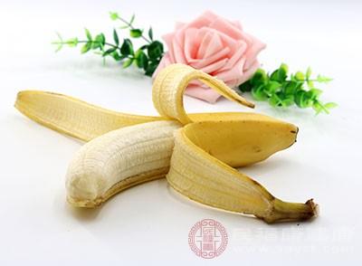 香蕉中含有的果酸,纤维素以及一些其他的维生素和微量元素