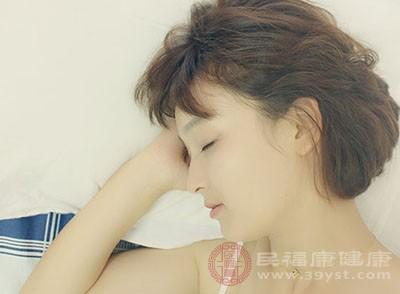 如果咳嗽让你难眠,那么试着将枕头垫高20厘米,侧卧而眠
