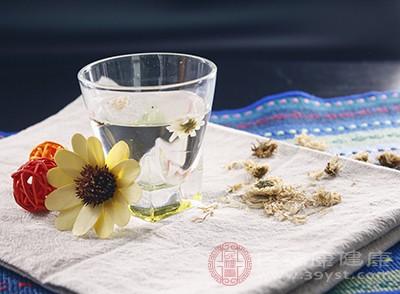 壶中先放入菊花和玫瑰花,倒入开水