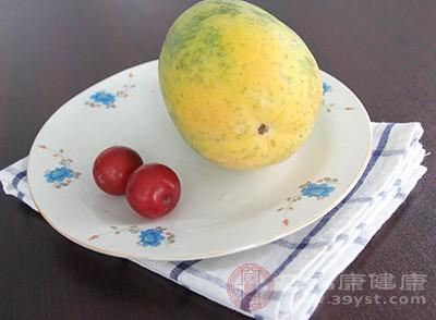 木瓜果肉中含有的番木瓜碱具有缓解痉挛疼痛的作用