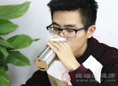 喝充足的水,滋润喉咙