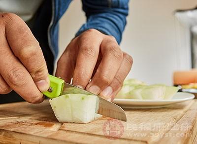 冬瓜去皮瓤不用,与胡萝卜同切片备用