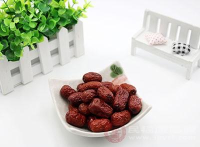 红枣富含铁和钙质,能够补充体内缺失的钙质和铁质