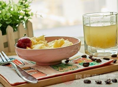 把芒果果肉切碎,用搅拌机打成蓉