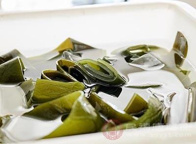 料理盒中注入少许水,加上蒸帘,铺一层海带丝