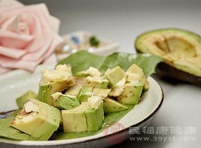 牛油果中的植物乳化剂能够消除皮肤表面水分和油的阻力