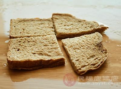 全麦面包搭配牛奶燕麦片