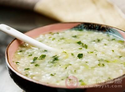 饮食方面要多吃清淡食物,喝小米粥、吃面食等易消化、养胃的食物