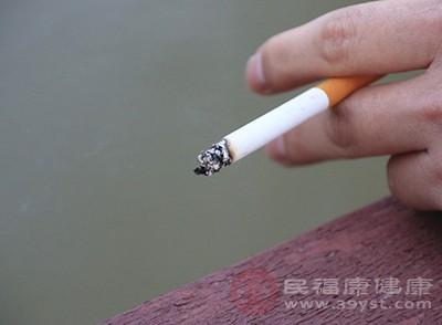 香烟中的尼古丁除了对肺有伤害外对毛囊也是有毒害作用的